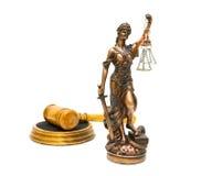 Beeldje van rechtvaardigheids dichte omhooggaand en hamer op witte achtergrond stock afbeelding