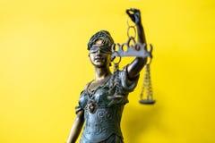 Beeldje van Themis de oude Griekse godin van rechtvaardigheid stock afbeelding
