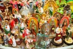 Beeldjes in een markt stock foto's