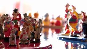 Beeldjes van Clowns op Drijvend Platform stock videobeelden