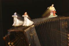 Beeldjes van dansende meisjes en bayan-speler royalty-vrije stock afbeeldingen