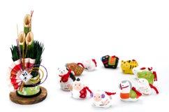 Beeldjes van de dierenriem en van het Nieuwjaar pijnboom Stock Fotografie