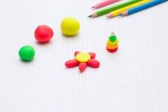 Beeldjes van klei, modellering De potloden van de kleur De kinderen spelen huis royalty-vrije stock foto