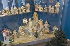 Beeldjes van Santa Clauses en Sneeuwmeisjes Stock Foto's