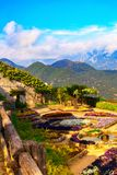 Beeldprentbriefkaar met terras met bloemen in de tuinvilla's Rufolo in Ravello Amalfi kust, Campania, Italië stock afbeelding