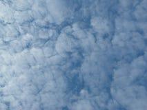 Beeldspraak van blauwe hemel en witte wolken royalty-vrije stock afbeeldingen