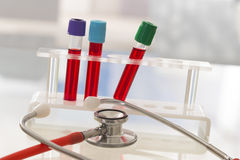 Beeldsymbool van stethoscoop en reageerbuis van bloedmonster Stock Fotografie