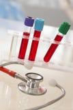 Beeldsymbool van stethoscoop en reageerbuis van bloedmonster Royalty-vrije Stock Fotografie