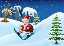 Beeldverhaal de Kerstman die met bergaf zak van giften op sneeuw ski?en Stock Afbeelding