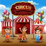 Beeldverhaal drie jongens die zich binnen op de circusarena bevinden stock illustratie