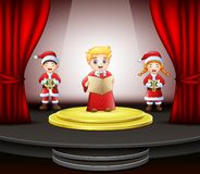 Beeldverhaal drie kinderen die op het stadium zingen vector illustratie