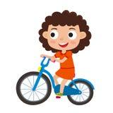 Beeldverhaal krullend meisje die een fiets berijden die pret het berijden fietsenisol hebben Stock Foto's