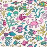 Beeldverhaal met overzeese levende, vectorreeks wordt geplaatst die Kleurrijke overzeese dieren, overzees wereld naadloos patroon Royalty-vrije Stock Foto