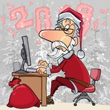 Beeldverhaal Santa Claus die bij een computer in het hout 2018 werken Royalty-vrije Stock Afbeeldingen