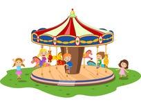 Beeldverhaal weinig jong geitje het spelen spelcarrousel met kleurrijke paarden Stock Afbeelding