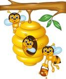 Beeldverhaalillustratie van tak van een boom met een bijenkorf en bijen Stock Afbeeldingen