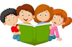 Beeldverhaaljonge geitjes die boek lezen Stock Foto