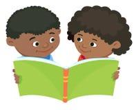 Beeldverhaaljonge geitjes die boek vector Afrikaans Afrika lezen Stock Afbeelding