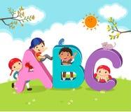 Beeldverhaaljonge geitjes met ABC-brieven Stock Fotografie