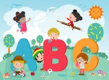 Beeldverhaaljonge geitjes met ABC-brieven, Schooljonge geitjes met ABC, kinderen met ABC-brieven, Vectorillustratie stock illustratie