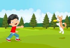 Beeldverhaaljongen die Frisbee met zijn hond spelen Royalty-vrije Stock Afbeelding
