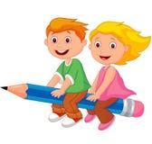 Beeldverhaaljongen en meisje die op een potlood vliegen Royalty-vrije Stock Afbeeldingen