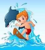Beeldverhaaljongen het spelen surfplank met een dolfijndier stock illustratie