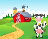 Beeldverhaalkoe die een glas melk met landbouwbedrijfachtergrond houden Royalty-vrije Stock Afbeeldingen