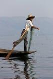 Been-roeiende visser bij Inle Meer, Myanmar Royalty-vrije Stock Fotografie