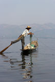 Been-roeiende visser bij Inle Meer, Myanmar Stock Foto's