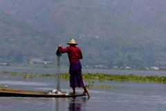 Been-roeiende visser bij Inle Meer, Myanmar Royalty-vrije Stock Foto's