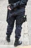 Been van een politieagent waarin een vuurwapen wordt gevonden stock afbeeldingen