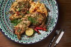 Been van lam met saus in een ceramische plaat, close-up met een hummus wordt het gebakken die versiert Citroen, hete peper De rui royalty-vrije stock foto's