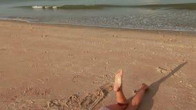 Been van vrouw het ontspannen op het strand stock video