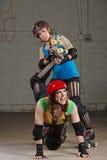 Been van vrouwelijke het Verdraaiende Rolderby skater stock fotografie