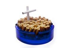 Beendetes Rauchen - Aschenbecher getrennt über Weiß Stockbilder