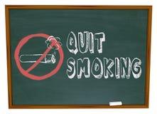 Beendetes Rauchen - Zigarette auf Tafel Stockfotografie