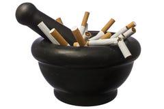 Beendetes Rauchen - Zigaretten in der Stampfe über Weiß Lizenzfreies Stockbild