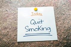 Beendigte rauchende Anzeige für heutigen Tag auf dem Papier festgesteckt auf Cork Board lizenzfreies stockbild