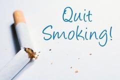 Beendigte rauchende Anzeige mit defekter Zigarette in Whitebox stockfotografie