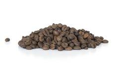 Beens do café no fundo branco imagem de stock
