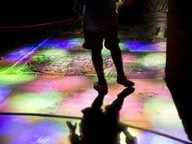 Beensilhouet op kerk tumb vloer gekleurde lichte bezinningen Royalty-vrije Stock Foto's