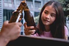 beer drinking woman young Άνθρωποι κόμματος που απολαμβάνουν τη θερινή ημέρα hap στοκ εικόνα με δικαίωμα ελεύθερης χρήσης