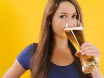 beer drinking woman young Στοκ Φωτογραφία