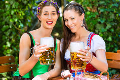 In Beer garden - friends drinking beer in bavaria Royalty Free Stock Photos