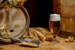 Beer_glass_ barrel_hops_wheat 免版税图库摄影