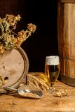 Beer_glass_ barrel_hops_wheat 库存照片