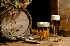 Beer_glass_ barrel_hops_wheat 免版税库存照片