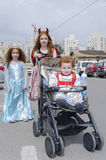 Beer-Sheva, Israël 24 mars, - enfants dans les costumes de carnaval de Purim sur la rue de la ville Photo stock