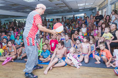 Beer-Sheva, ISRAEL -Clown plays ball with the kids, July 25, 2015 Royalty Free Stock Photos